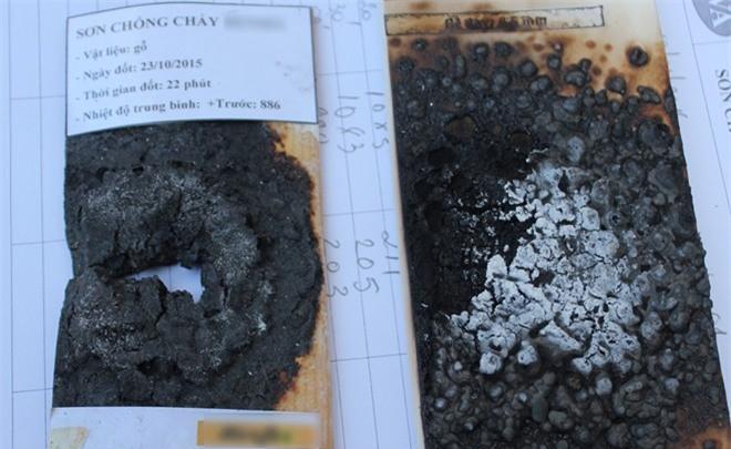 Bên phải là gỗ phủ sơn chống cháy công nghệ nano vỏ trấu bị đốt hơn 1 giờ vẫn không thủng. Bên trái là gỗ phủ sơn chống cháy của Đức bị đốt sau 22 phút. (