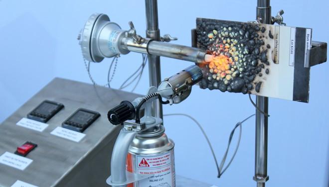 Thực nghiệm đốt cháy hơn 1.000 độ C vật liệu phủ sơn chống cháy nano vỏ làm từ vỏ trấu.