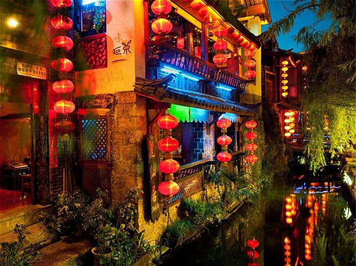 Những khu phố cổ đậm màu xưa cũ chìm dưới ánh sáng của hàng nghìn chiếc đèn lồng đỏ  Xem thêm tại