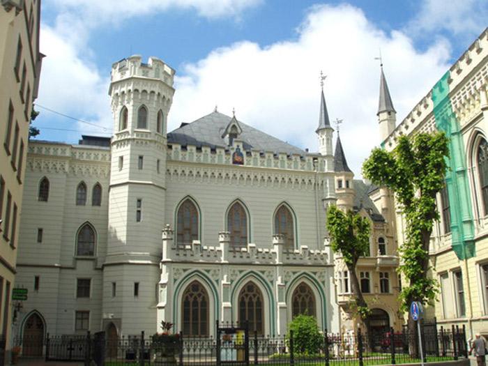 Đáng kể nhất trong khu trung tâm lịch sử Riga có thể nói đến như Nhà thờ Thánh Phêrô, nhà thờ Dom, tháp chuông, Lâu đài hiệp sĩ, bảo tàng và rất những căn nhà cổ được xây dựng từ thế kỷ 15-17