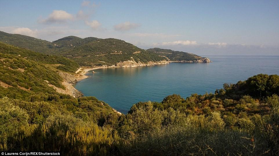 Ngọn núi này cao hơn 2.000 m, cho du khách cơ hội chiêm ngưỡng cảnh biển tuyệt đẹp.