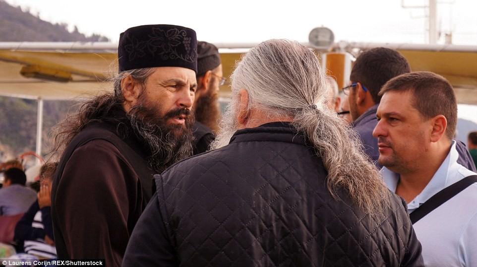 Các tín đồ tụ tập trò chuyện với thầy tu Chính thống giáo trên con phà tới Athos.