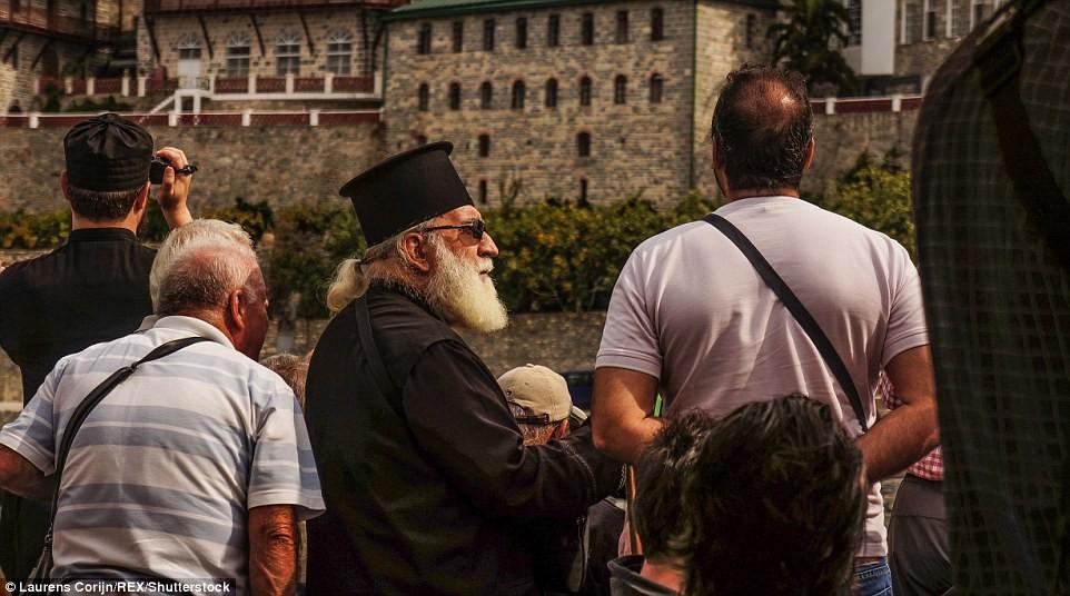 Các tín đồ và thầy tu chờ xuống phà ở núi Athos.