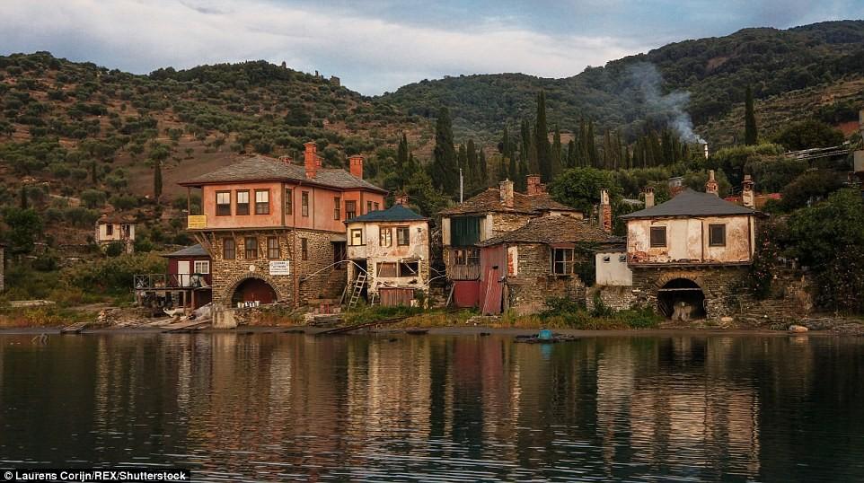 Cuộc sống rất đơn giản, bình lặng. Trong ảnh là cảng của tu viện Vatoupedi.