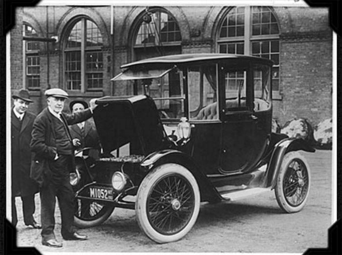Bức ảnh chụp Thomas Edison với chiếc xe hơi chạy điện vào năm 1913.