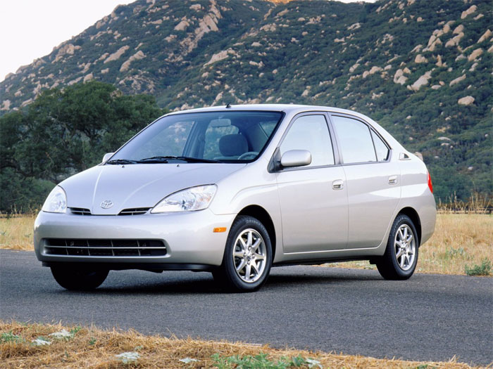 Prius là chiếc xe sử dụng nhiên liệu điện kết hợp xăng (hybrid) đầu tiên được sản xuất đại trà.