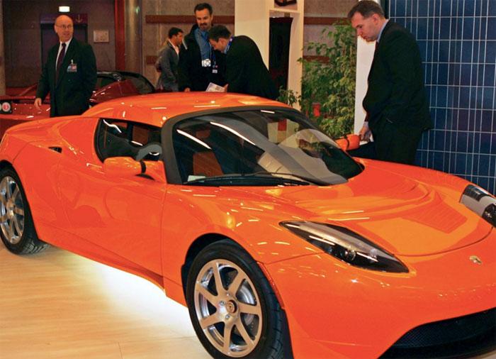 Khách hàng ngắm xe chạy điện Tesla Roadster của Tesla Motors tại triển lãm Paris Auto Show tháng 10 năm 2008.