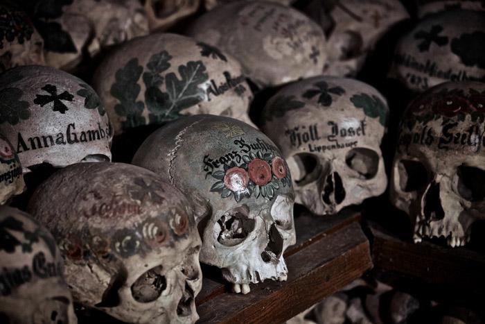 xưa kia vì có quá ít diện tích xây mộ nên người ta đã xếp xương và đầu lâu của người chết đã được vẽ hoa, tên của gia đình người chết vào trong ngôi nhà xương Beinhaus