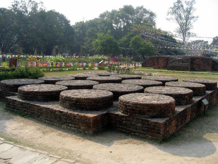 Các nhà khoa học đã đưa ra giả thuyết rằng ngôi đền của hoàng hậu Mada đã được xây dựng trên nền một ngôi đền lớn hơn nhiều đã có từ xa xưa