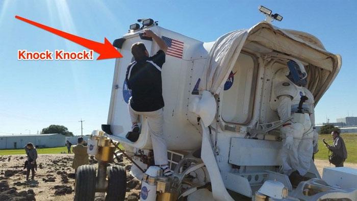 Bên cạnh của chiếc xe SEV có một cánh cửa mà có thể kết nối với các module của trạm cứu hộ.