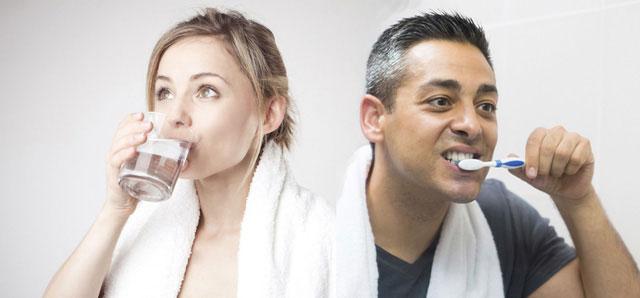 Buổi sáng, ngay khi vừa ngủ dậy, bạn nên uống nước trước hay đánh răng trước?