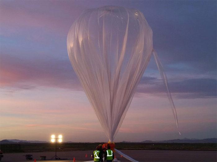 Để đưa cabin lên không trung, một khí cầu polyetylen khổng lồ sẽ được bơm căng phồng bởi khí hê-li.