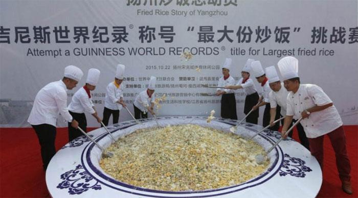 Kỷ lục Guiness về chế biến 1 suất cơm chiên Dương Châu lớn nhất thế giới.