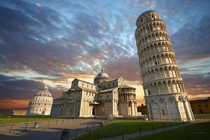 Tháp nghiêng Pisa là công trình nghiêng nổi tiếng nhất thế giới.