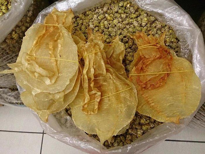 Bong bóng cá totoaba phơi khô bán công khai tại Quảng Châu, Trung Quốc.