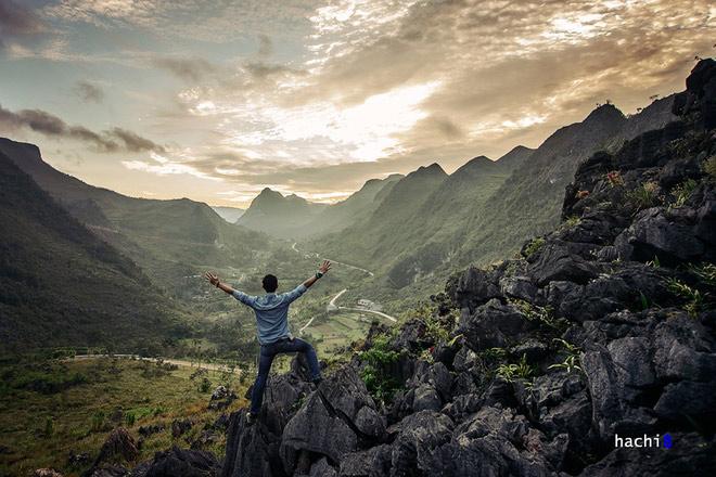 Quản Bạ - Yên Minh - Đồng Văn - Mèo Vạc - Du Già là một trong những cung đường cho người đam mê khám phá các vùng núi đá hoang sơ mà đầy cảm xúc. Khung cảnh thiên nhiên hùng vĩ mà khốc liệt, các hoang mạc đá xám ngắt màu ảm đạm. Trong nét trầm mặc và mênh mông ấy con người như thấy mình nhỏ bé hơn.