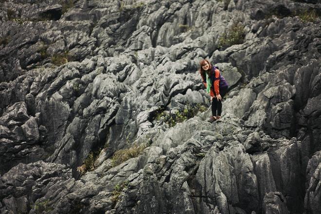 """Bãi đá mặt trăng"""" - khu đá với cái tên độc đáo được đặt cho khu vực tại xã Sà Phìn. Dạng địa hình này được tạo nên bởi các dãy núi đá vôi bị phong hóa, trên bề mặt hầu như không có lớp phủ thực vật, các tảng, khối đá phủ khắp bề mặt sườn núi. Khung cảnh thiên nhiên hùng vĩ, khốc liệt khiến nhiều người ngỡ như mình đã lạc đến mặt trăng."""