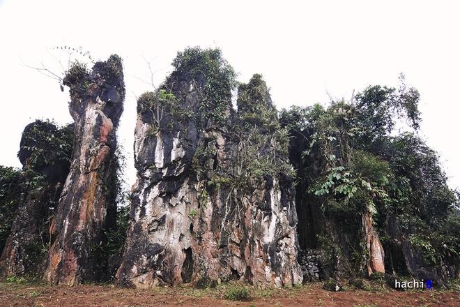 Nhóm tượng đá Thạch Sơn Thần. Nằm ven quốc lộ 4C trên bề mặt khá bằng phẳng của cao nguyên Làng Đán thuộc xã Quyết Tiến, huyện Quản Bạ, nổi lên sừng sững một cụm 7 cột đá vôi với thế đứng kỳ lạ.
