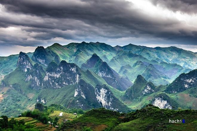 Khu vực Ngam La - Lũng Hồ - Du Già với đa dạng địa hình, cảnh quan hùng vĩ với cả ruộng bậc thang và núi đá. Rừng đá rất phổ biến ở Lũng Hồ và càng về phía Khu bảo tồn thiên nhiên Du Già, chúng càng trở nên sống động vì được tô điểm thêm bởi lớp phủ thực vật đặc trưng của hệ sinh thái núi đá vôi.