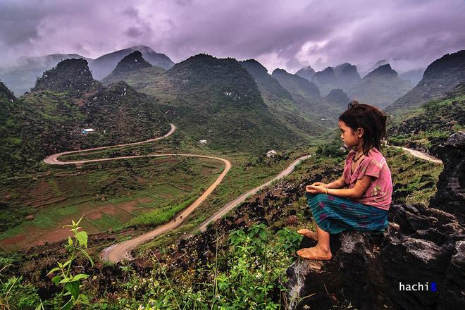 Từ Mèo Vạc về Yên Minh theo hướng Lũng Phìn bạn sẽ thấy hoang mạc đá kỳ vĩ này. Cung đường chữ M uốn lượn dường như ấn tượng hơn trên nền đá núi tai mèo xám xịt. Những đứa trẻ không có nhiều thú chơi nên thường ngồi ngắm nhìn các cung đường và đá núi.