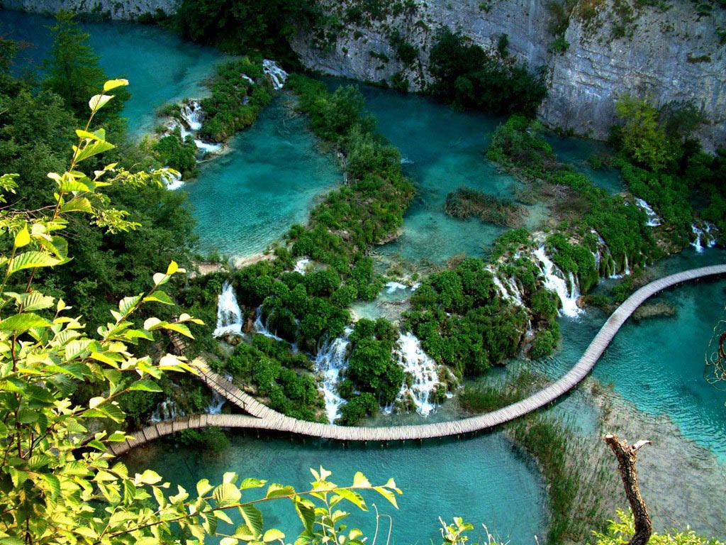 Đường mòn qua hồ Plitvice ở Croatia