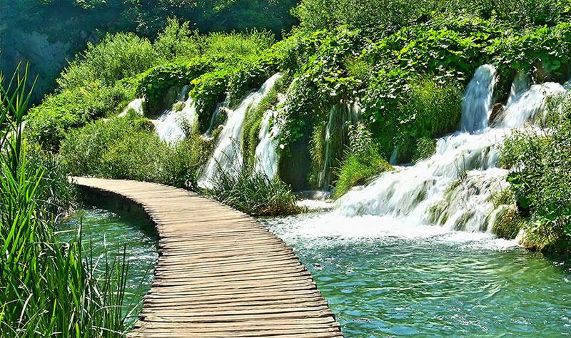 Đường mòn qua hồ Plitvice ở Croatia nằm trong Công viên Quốc gia Croatia
