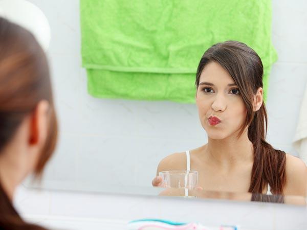 Khi ho, bạn hãy xúc miệng bằng nước muối ấm để làm giảm cơn ho. Muối có tác dụng làm sạch miệng và họng của bạn, khiến những tác nhân gây bệnh bị tiêu diệt.