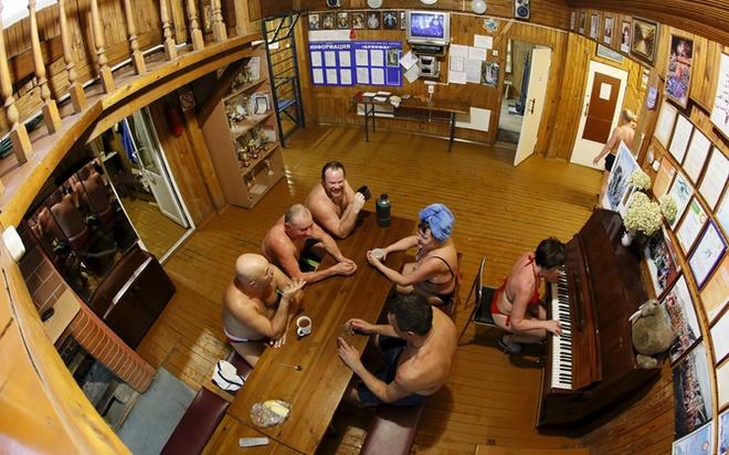 Câu lạc bộ Cryophile chỉ có một căn nhà gỗ nhỏ bên bờ sông Yenisei làm nơi gặp gỡ của hơn 300 thành viên.