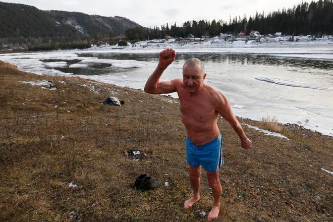 Vladimir Khokhlov, 71 tuổi, kể lại về niềm đam mê bơi lội của ông đã nhen nhóm ngay từ tháng 9/1990, mốc thời gian câu lạc bộ Cryophile ra đời. Trong một chuyến đi câu bên bờ sông Yenisei, Vladimir đã quá phấn khích đến nỗi nhảy xuống sông băng, và từ đó tới giờ ông vẫn chưa hề bỏ lỡ cơ hội được bơi lội vào mùa đông. Niềm đam mê đó như một loại thuốc gây nghiện. Bởi nếu ông không sống gần con sông nào, có lẽ ông sẽ phải tìm cách đổ nước lạnh ngập từ đầu đến chân.