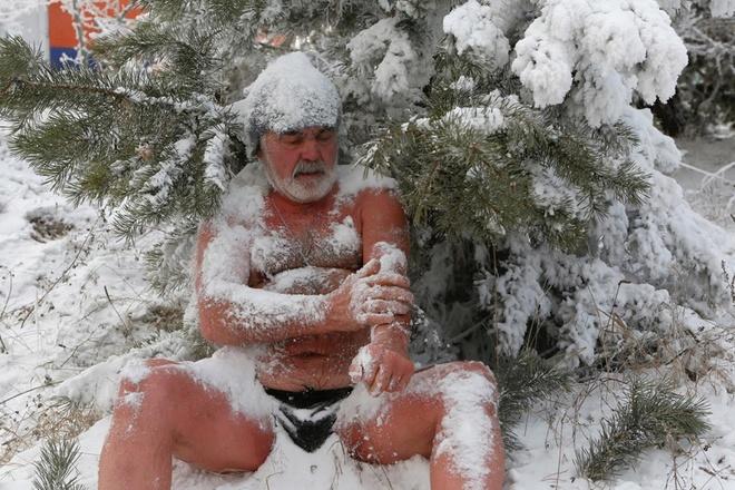 Nikolai Bocharov, 77 tuổi, chia sẻ rằng ông bắt đầu bơi trong nước lạnh kể từ thời còn ở trong quân đội Đức. Khi trở về từ doanh trại, Nikolai từng đào hố băng trên dòng Yenisei và đắm mình trong đó. Ông không bao giờ thấy lạnh giá hay khó chịu, ngược lại có thể ở trong nước buốt giá hàng giờ liền. Chỉ cần lên bờ là toàn thân ông lại bứt rứt không yên. Tuy nhiên gia đình và họ hàng của Nikolai không đồng tình với sở thích của ông. Vợ ông không hiểu được để chia sẻ niềm đam mê với chồng. Bạn bè thì nhạo báng và nghĩ ông cần sống khôn ngoan hơn.