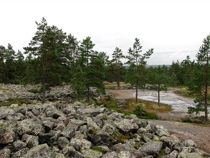 Sammallahdenmaki là tên gọi một khu di chỉ mộ từ thời đại đồ đồng tại thị xã Lappi, phía tây nam Phần Lan.