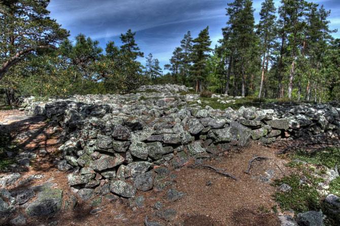Di chỉ mộ Sammallahdenmaki gồm tổng cộng 33 mộ đá, chủ yếu là đá granite