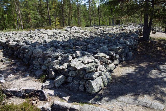 Tất cả các mộ đá tại di chỉ khảo cổ thời đại đồ đồng Sammallahdenmaki ở Lappi đều không được đắp đất và tạo nên hoàn toàn từ đá.