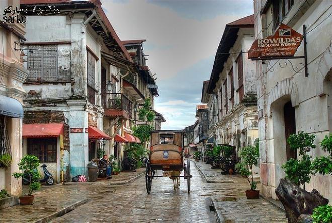 Những con phố nhỏ với mái nhà nghiêng dốc cùng kiến trúc pha trộn giữa cổ điện với hiện đại, giữa Châu Âu với Châu Á đã mang đến cho thị trân Vigan một vẻ đẹp riêng biệt