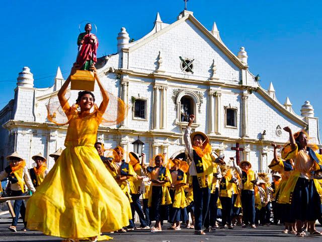 Một lễ hội của người dân bản địa được tổ chức bên ngoài Nhà thờ St Paul tại thị trấn lịch sử Vigan