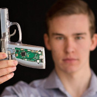 """Chàng trai 18 tuổi chế tạo súng thông minh """"chính chủ"""" mới bắn được"""
