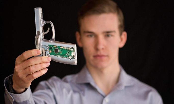 Nguyên mẫu thử nghiệm công nghệ súng thông minh kích hoạt bằng dấu vân tay của chàng trai 18 tuổi Kloepfer.