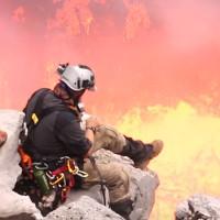 Video: Leo xuống núi lửa, nướng bánh ở 1.000 độ C