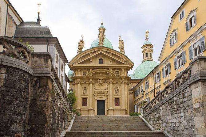Thành phố Graz có phong cách kiến trúc kết hợp một cách rất hài hòa nhiều phong cách kiến trúc và các trường phái nghệ thuật từ thời trung cổ.