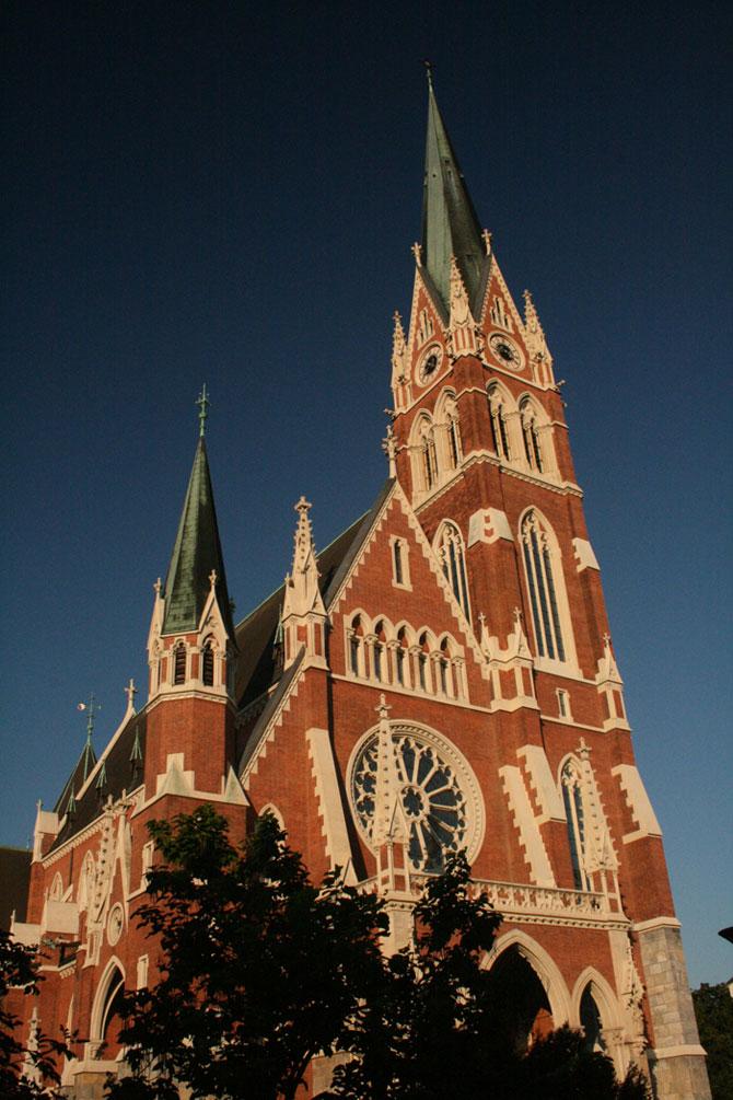 Các nhà thờ trong thành phố được xây dựng theo phong cách Gothic.