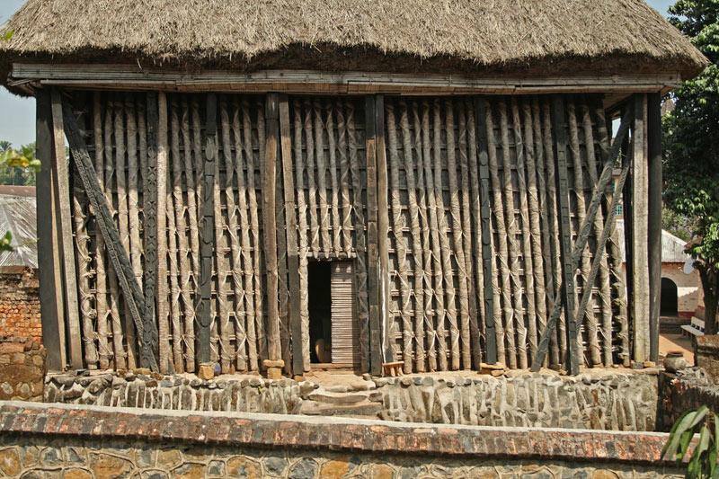 Đền Achum được làm từ gỗ, tre và lợp rạ, bên trong có một vật thiêng.