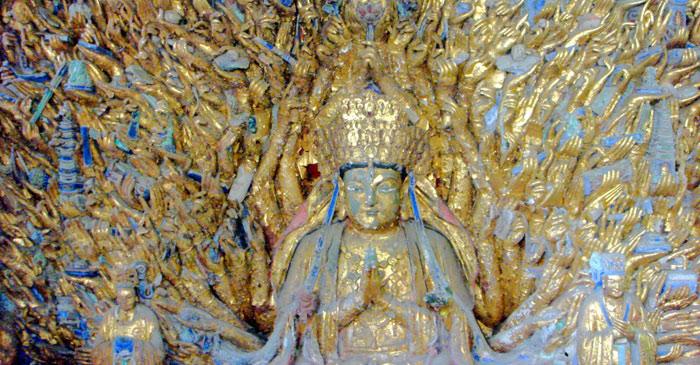 Bức tượng Quan âm với 1007 cánh tay được gọi là Thiên hạ kỳ quan và pho tượng Phật Quan âm nằm khổng lồ tại huyện Đại Túc.