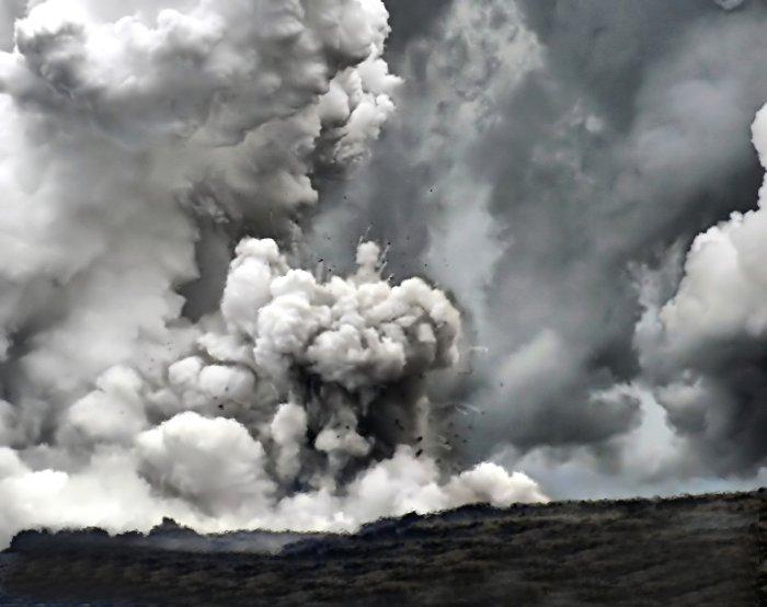 Vụ nổ hơi nước tại biển Waikupanaha (Hawaii, Mỹ) khi núi lửa Kilauea hoạt động.