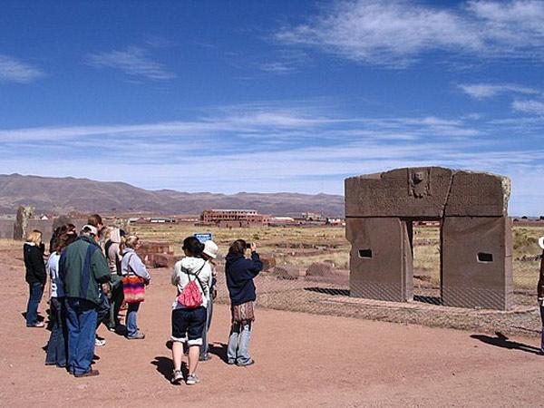 Cho đến nay, di sản văn hóa này vẫn là điểm đến được yêu thích không chỉ của khách du lịch mà hàng năm, nơi đây vẫn đón nhiều đoàn khảo cổ, lịch sử tới nghiên cứu, tìm hiểu bởi những câu chuyện, những nghi vấn về thành phố này cũng như đế chế Tiwanaku vẫn chưa có lời giải sau nhiều năm được các nhà khảo cổ tìm tòi.