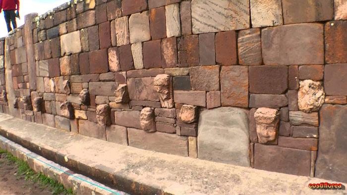 """Nhiều giả thuyết cho rằng cái tên Tiwanaku được đặt theo nông ngữ Aymara, có nghĩa là """"Trung tâm"""""""