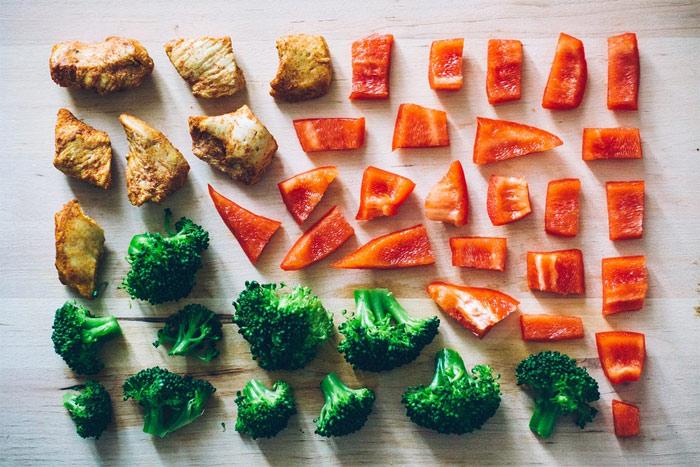 Dâu, bông cải xanh, ớt chuông, cam chanh rất giàu vitamin C.