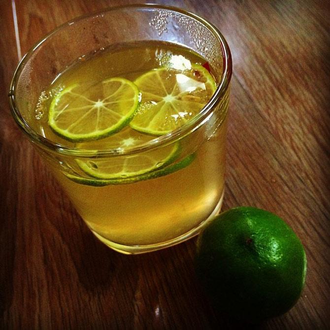 Nước chanh mật ong giúp làm dịu cổ họng, cung cấp vitamin C