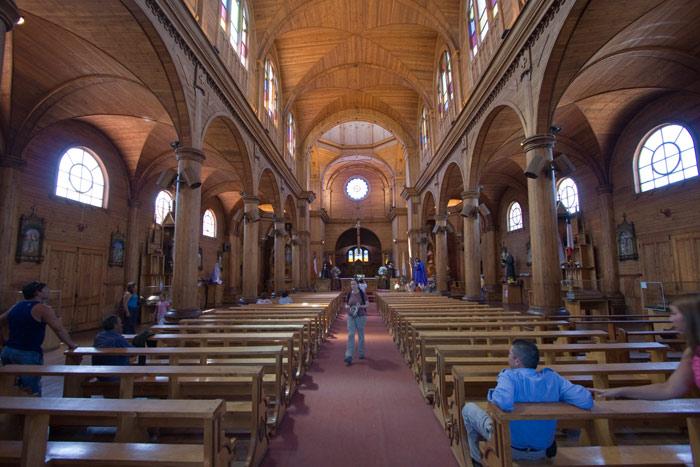 Điều đặc biệt là nhìn bên ngoài các nhà thờ này cũng giống như vô số các nhà thờ khác được xây dựng bằng đá nhưng các nhà thờ Chilóe lại được xây dựng chủ yếu từ vật liệu gỗ...