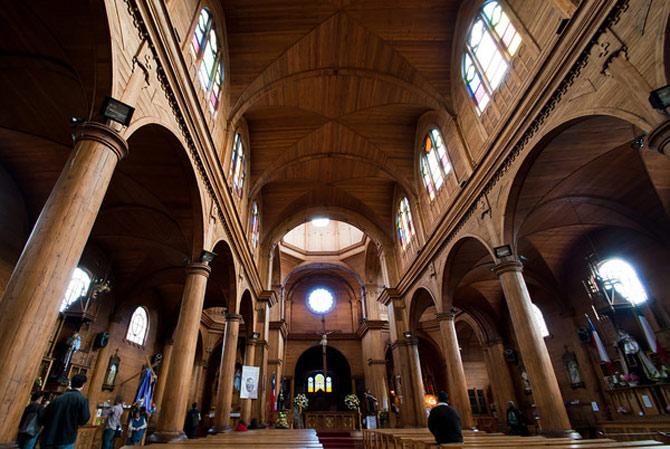 Hầu hết các nhà thờ có kiến trúc giống nhau chỉ khác vài chi tiết nhỏ làm điểm nhấn riêng. Ánh sáng trong nhà thờ được sử dụng từ ánh sáng tự nhiên qua mái vòm từ đỉnh.