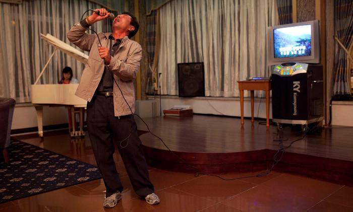 Một người đàn ông đang hát karaoke ở Triều Tiên.